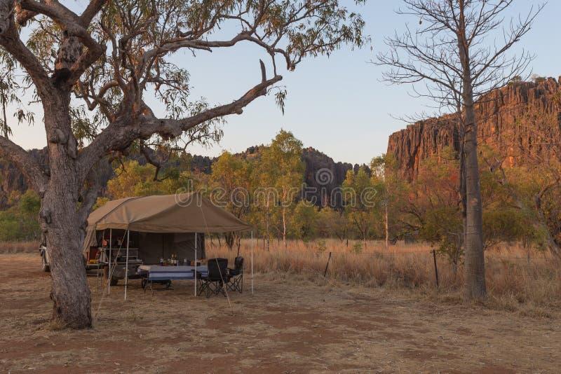 Fora da estrada o reboque de campista estabelece-se no desfiladeiro de Windjana no Kimberle imagens de stock