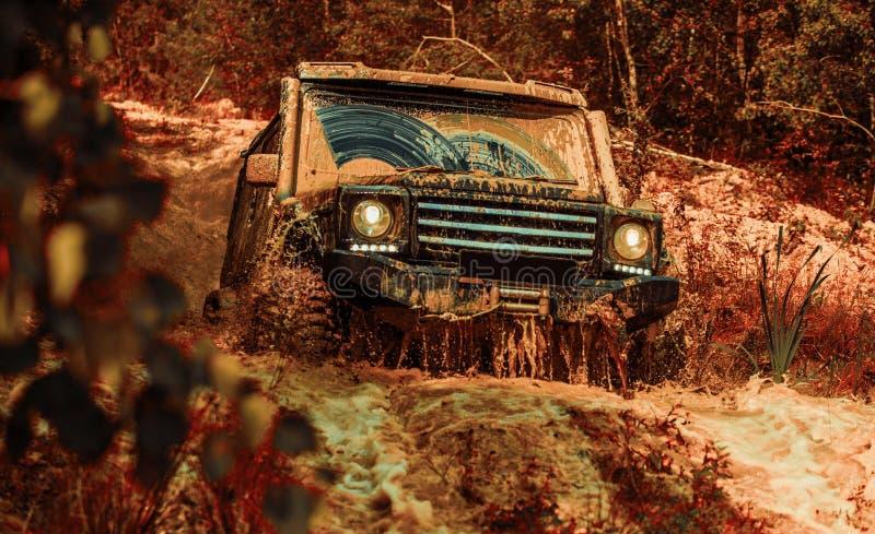 Fora da estrada Trilha de viagem 4x4 Safari suv Descarregador de expedição Pneus em preparação para a corrida Corrida de Rally fotografia de stock
