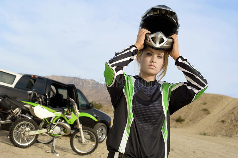 Fora da fêmea Rider Wearing Helmet da estrada imagem de stock