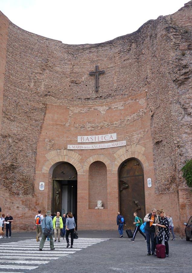 Fora da vista a basílica de St Mary dos anjos e os mártir em Roma fotografia de stock