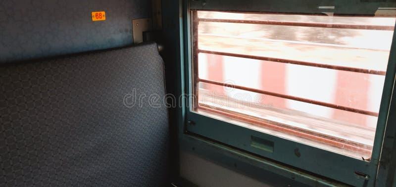 Fora da vista da janela dentro das estradas de ferro indianas treine foto de stock