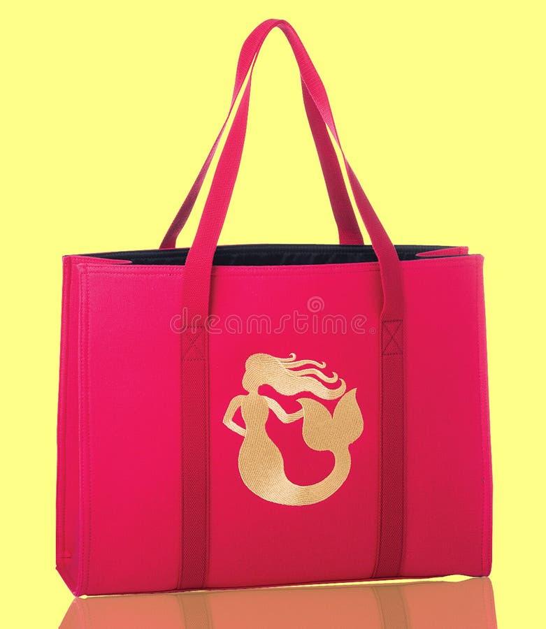 Fora de branco, a corrente cor-de-rosa e preta da cor com senhoras franze o saco foto de stock
