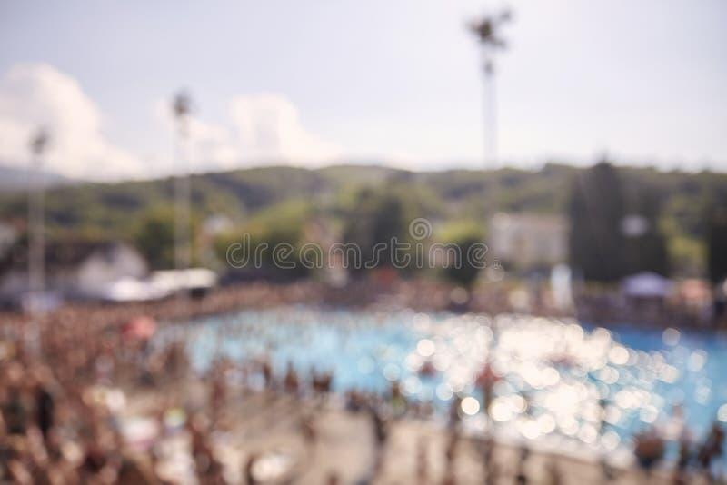 Fora de foco, tiro defocused, grupo de povos irreconhecíveis fora, grande multidão, piscina, fotos de stock royalty free