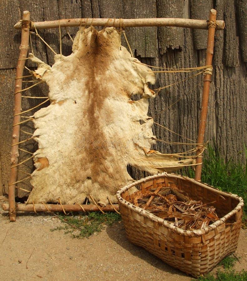 Fora de um Longhouse Iroquois foto de stock royalty free