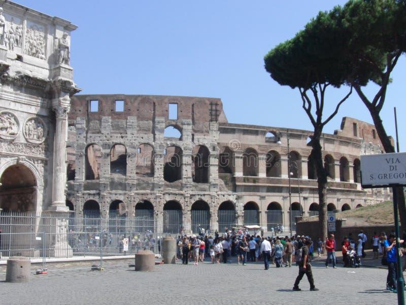 Fora do ambiente com o Coliseu em Roma Itália imagem de stock