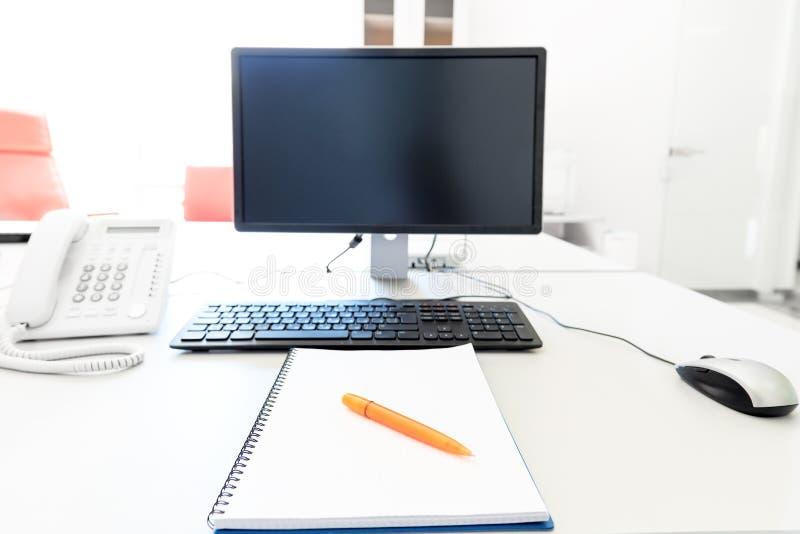 Fora do computador no desktop fotografia de stock