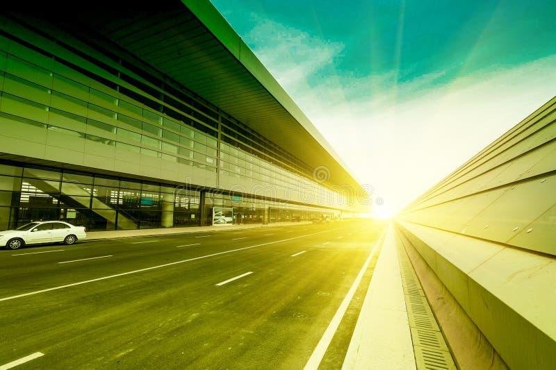 Fora do estação de caminhos-de-ferro na estrada o sol fotografia de stock