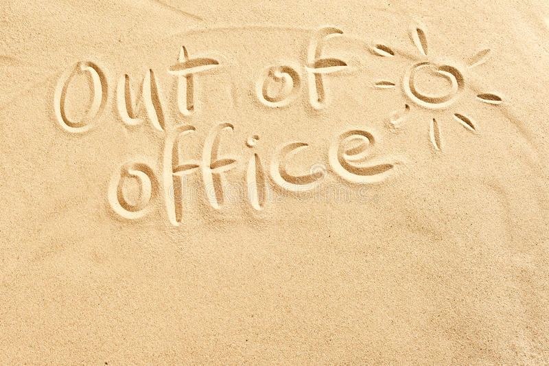 Fora do sinal do escritório na areia da praia fotografia de stock