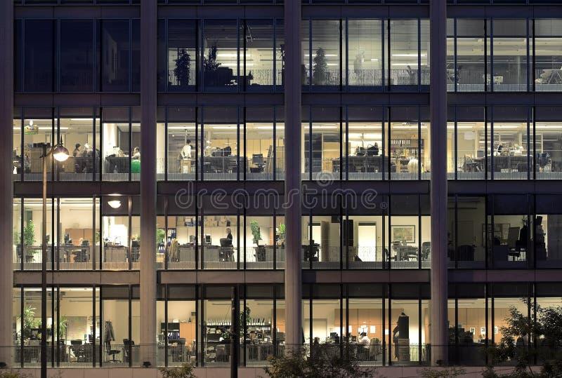 Fora do tempo estipulado em um prédio de escritórios moderno fotos de stock
