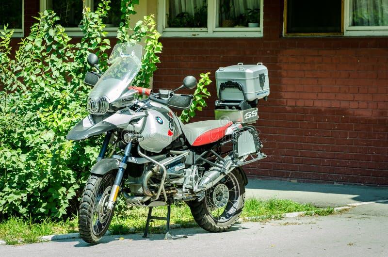 Fora do velomotor BMW R1150 da bicicleta da sujeira da estrada o GS estacionou na rua na cidade imagens de stock