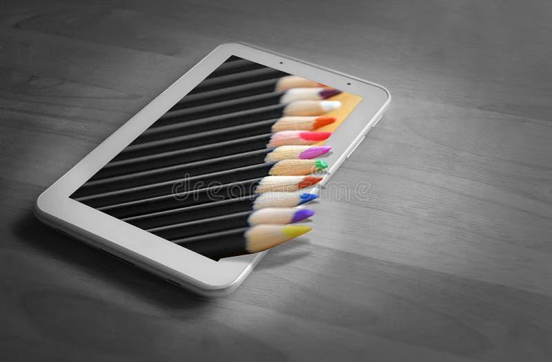 Fora dos lápis da coloração da tabuleta do quadro imagem de stock royalty free