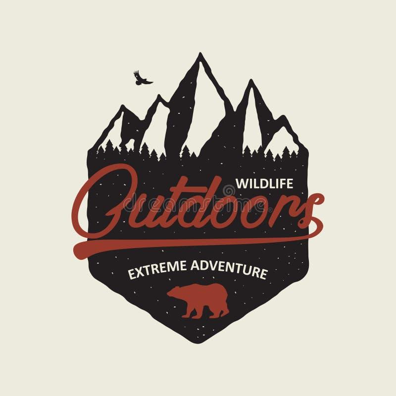 Fora gráfico da tipografia da aventura para o t-shirt Cópia do vintage com montanhas, floresta e urso Projeto do t-shirt com mont ilustração stock