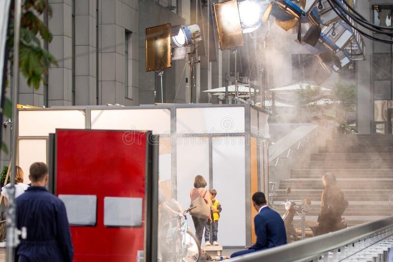 Fora plateau de filmagem Cena da produção do cinema na rua da cidade Trilhos para a câmera profissional grande Filmmakin real cân imagens de stock