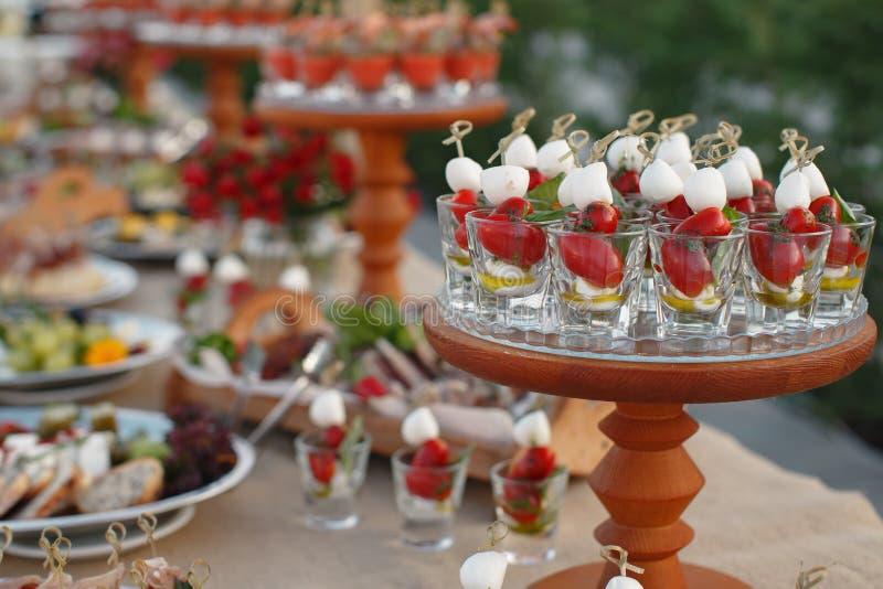 Fora tabela do fourchette com aperitivos italianos e fluxo fresco imagens de stock