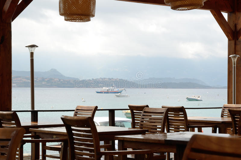 Fora terraço do café litoral imagem de stock