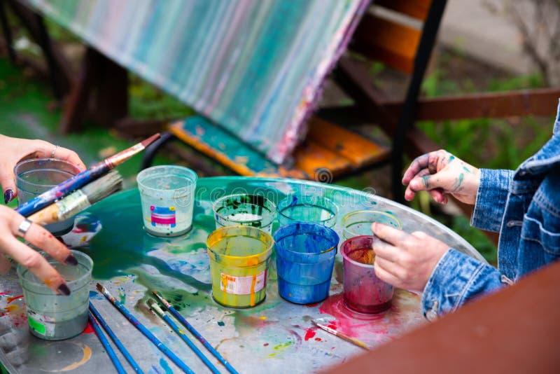 fora umas crian?as mais am?veis do jardim tiram com pinturas fotografia de stock royalty free