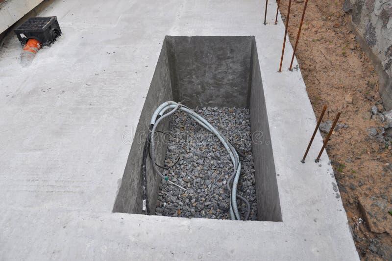 Forage de l'eau de trou d'homme en construction pour le système d'approvisionnement en eau images libres de droits