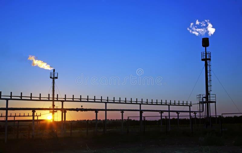 Forage en Sibérie occidentale Torches pour le gaz tête d'enveloppe évasant pendant le pétrole à image libre de droits