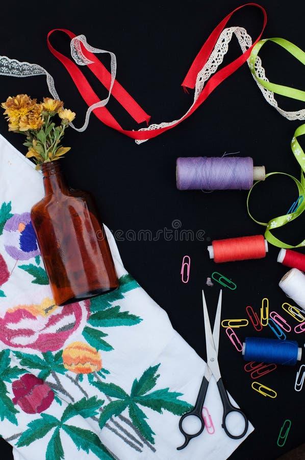 Forbici, bobine con il filo Insieme dei fili colorati nella bobina con le forbici Kit di cucito Accessori di cucito: forbici, nas fotografie stock