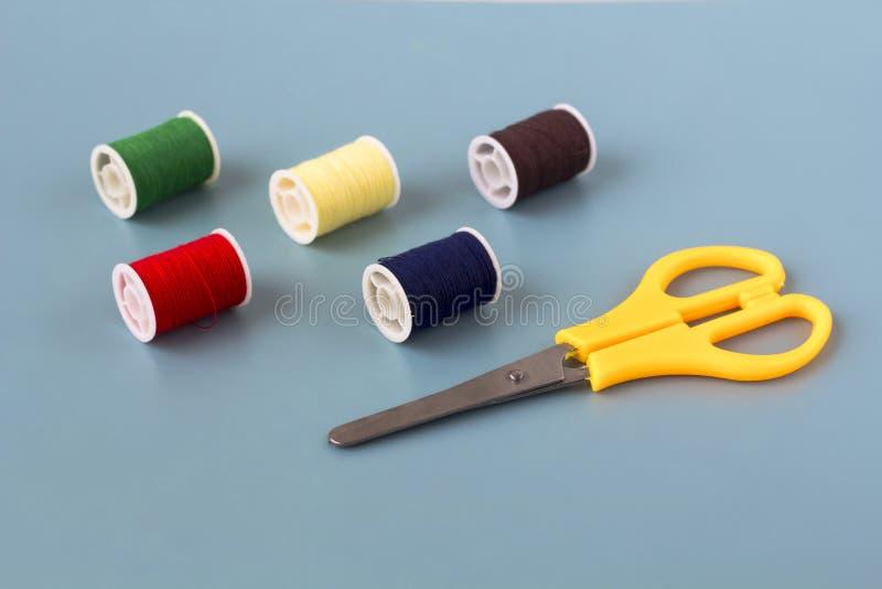 Forbici, bobine del filo colorato immagine stock