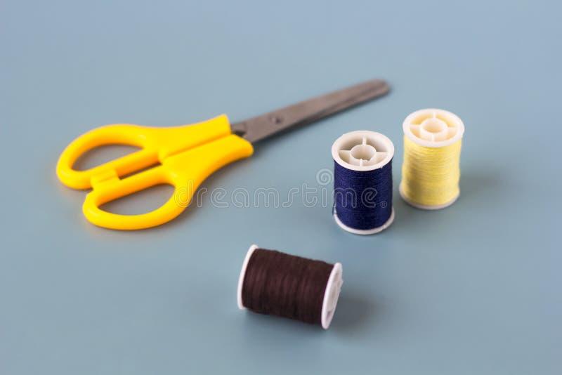Forbici, bobine del filo colorato immagini stock