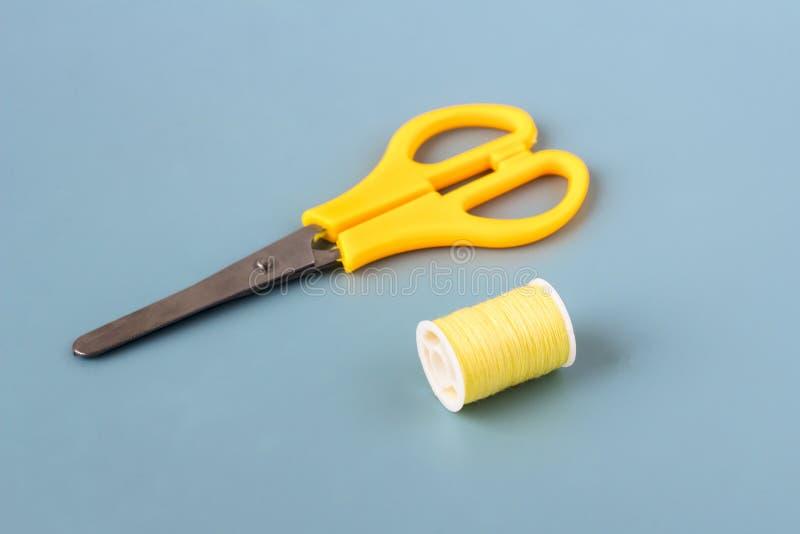 Forbici, bobine del filo colorato fotografia stock