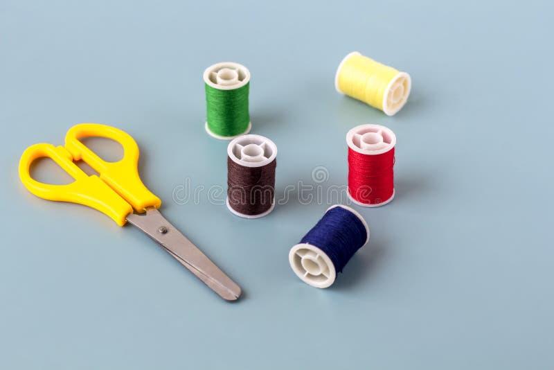 Forbici, bobine del filo colorato fotografia stock libera da diritti