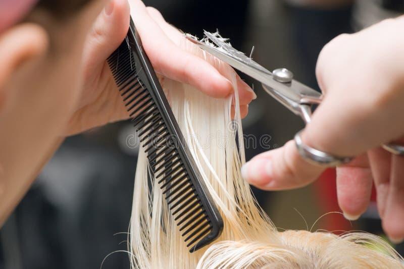 Forbici che tagliano capelli fotografie stock