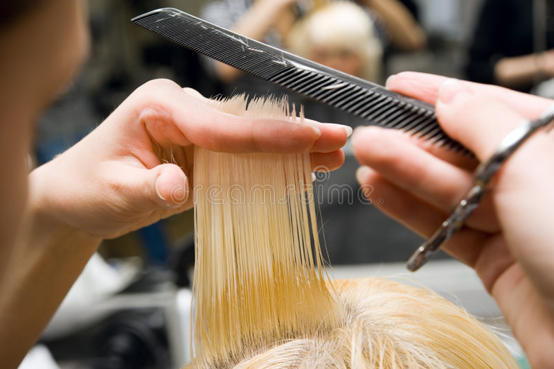 Forbici che tagliano capelli fotografia stock libera da diritti