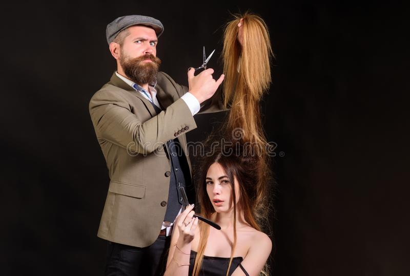 Forbici del barbiere Il parrucchiere rende ad acconciatura una donna con capelli lunghi Il parrucchiere matrice fa l'acconciatura fotografia stock libera da diritti