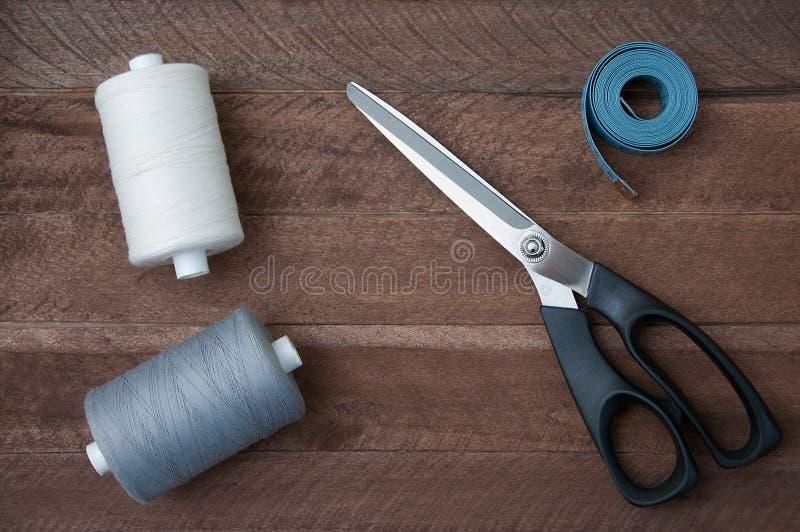 Forbici del filato cucirino e metro del sarto fotografia stock