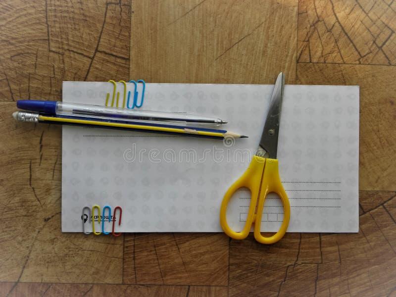 Forbici di carta della clip della penna della busta degli articoli per ufficio immagine stock libera da diritti