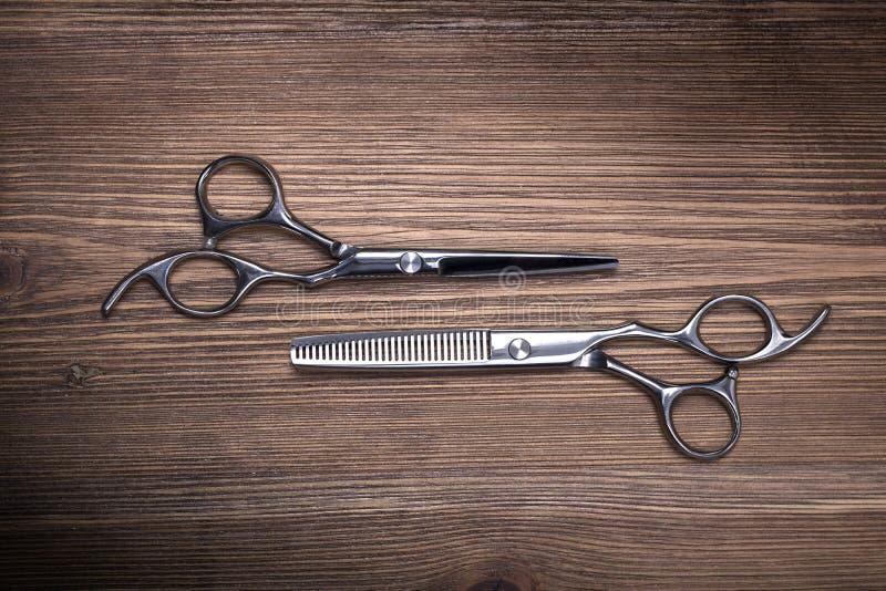 Forbici differenti dell'attrezzatura di lavoro di parrucchiere fotografia stock