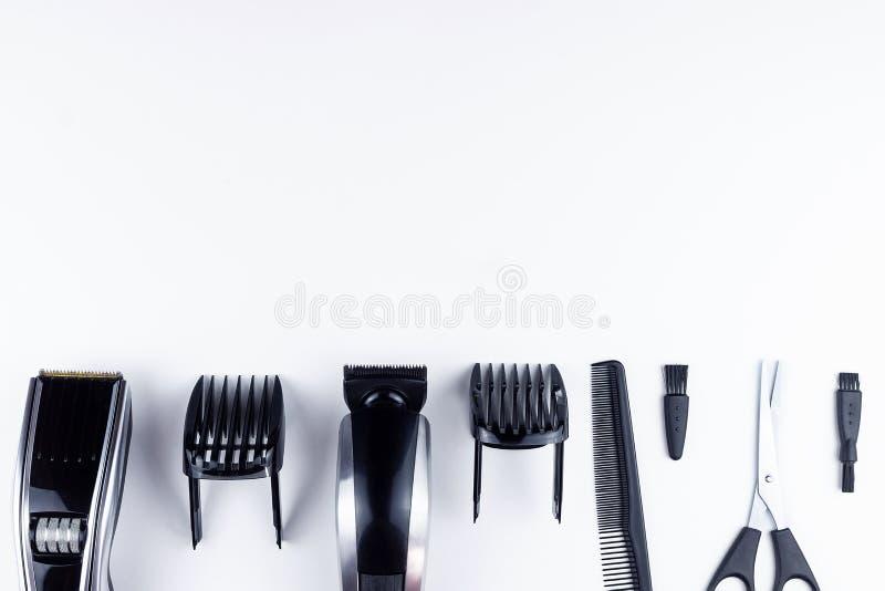 Forbici e pettini su bianco fotografia stock