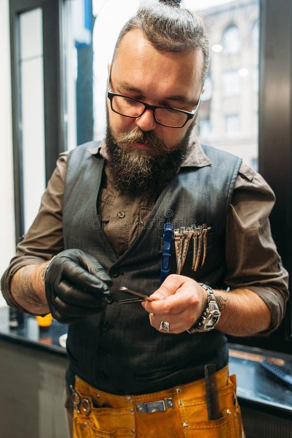 Forbici professionali del controllo del barbiere prima di lavoro fotografia stock libera da diritti
