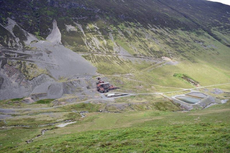 Force Crag Mine abaixo de Grisedale Pike, distrito do lago imagens de stock