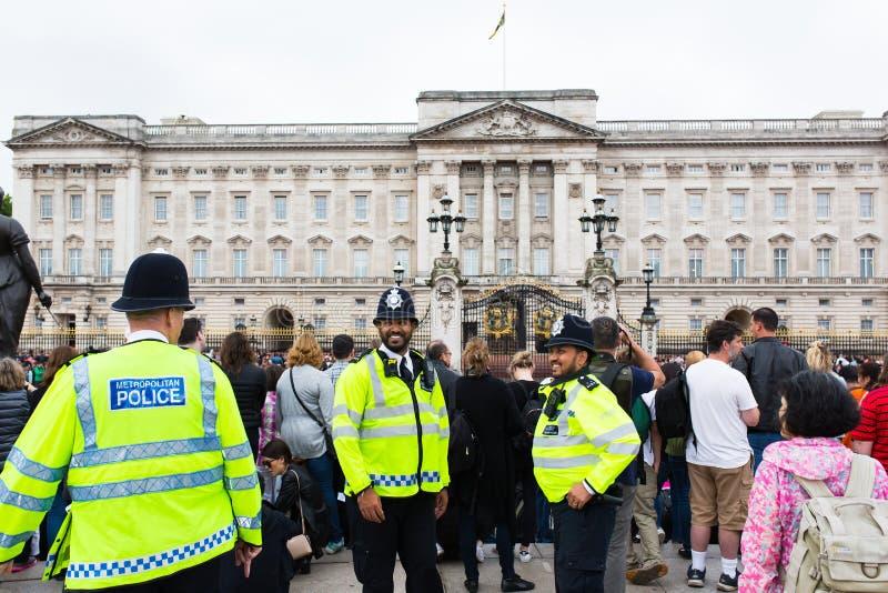 Force de police métropolitaine de Buckingham Palace photos stock