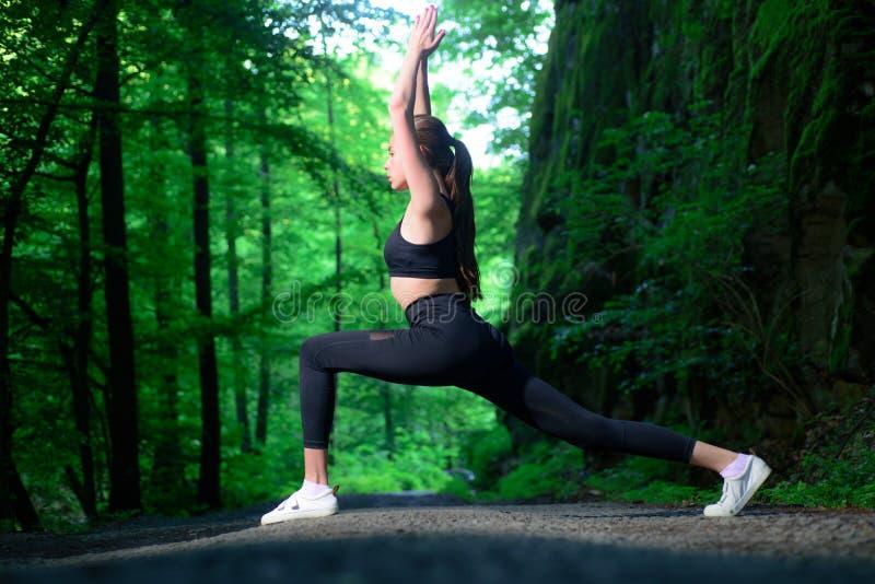 Force et motivation adaptez votre corps et perdez le poids Concept sain de style de vie Mode de vêtements de sport Femme sportif photo libre de droits