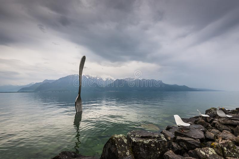 Forcella d'acciaio gigante in acqua del lago geneva, Vevey, Svizzera immagine stock libera da diritti