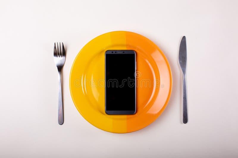 Forcella e coltello del telefono cellulare fotografia stock