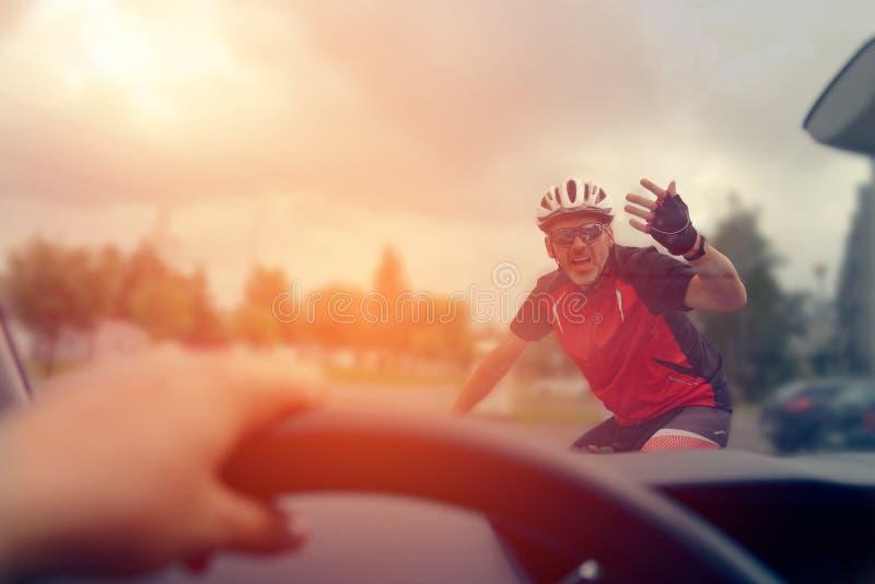 Forcer le droit de passage sur la route photo stock