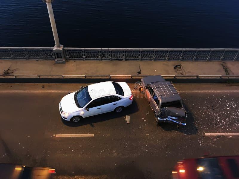 Forcerad eller auto olycka på bron, bästa sikt arkivfoton