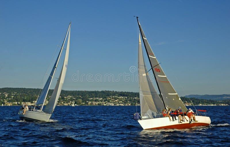forcerad segelbåt arkivfoto