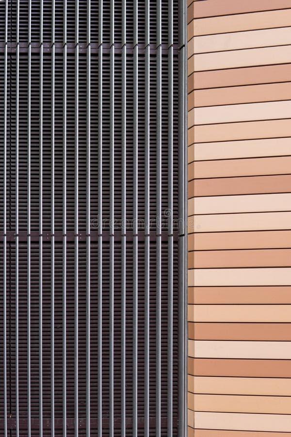 Forces d'appoint symétriques de façade de maison de métal et de plastique images stock