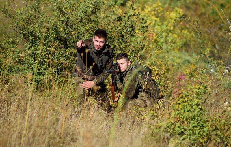 Forces d'armée camouflage Mode uniforme militaire Amitié des chasseurs des hommes Qualifications de chasse et équipement d'arme c photographie stock libre de droits