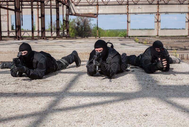Forces spéciales dans l'action image stock