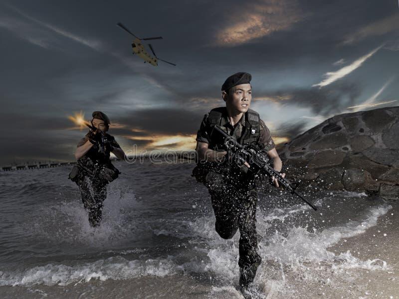 Forces spéciales faisant l'assaut de plage avec l'hélicoptère photographie stock