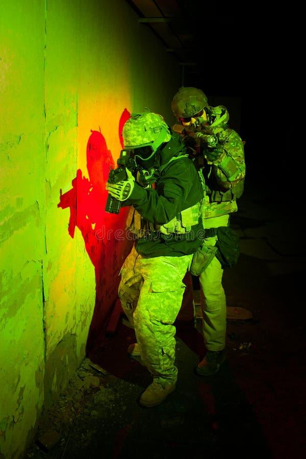 Forces spéciales ou équipe d'entrepreneur pendant la mission/opération de nuit photos stock
