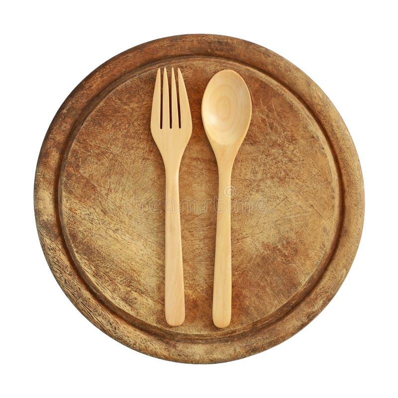 forchetta e cucchiaio di legno sul tagliere di legno isolato su bianco fotografia stock libera da diritti