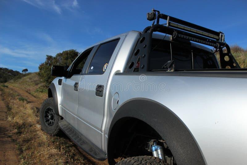 Ford adapté aux besoins du client F-150 Raptor SVT sur un chemin de terre image libre de droits
